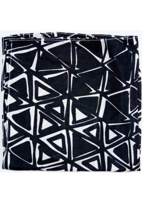 Černý kapesníček z trojuhelníky